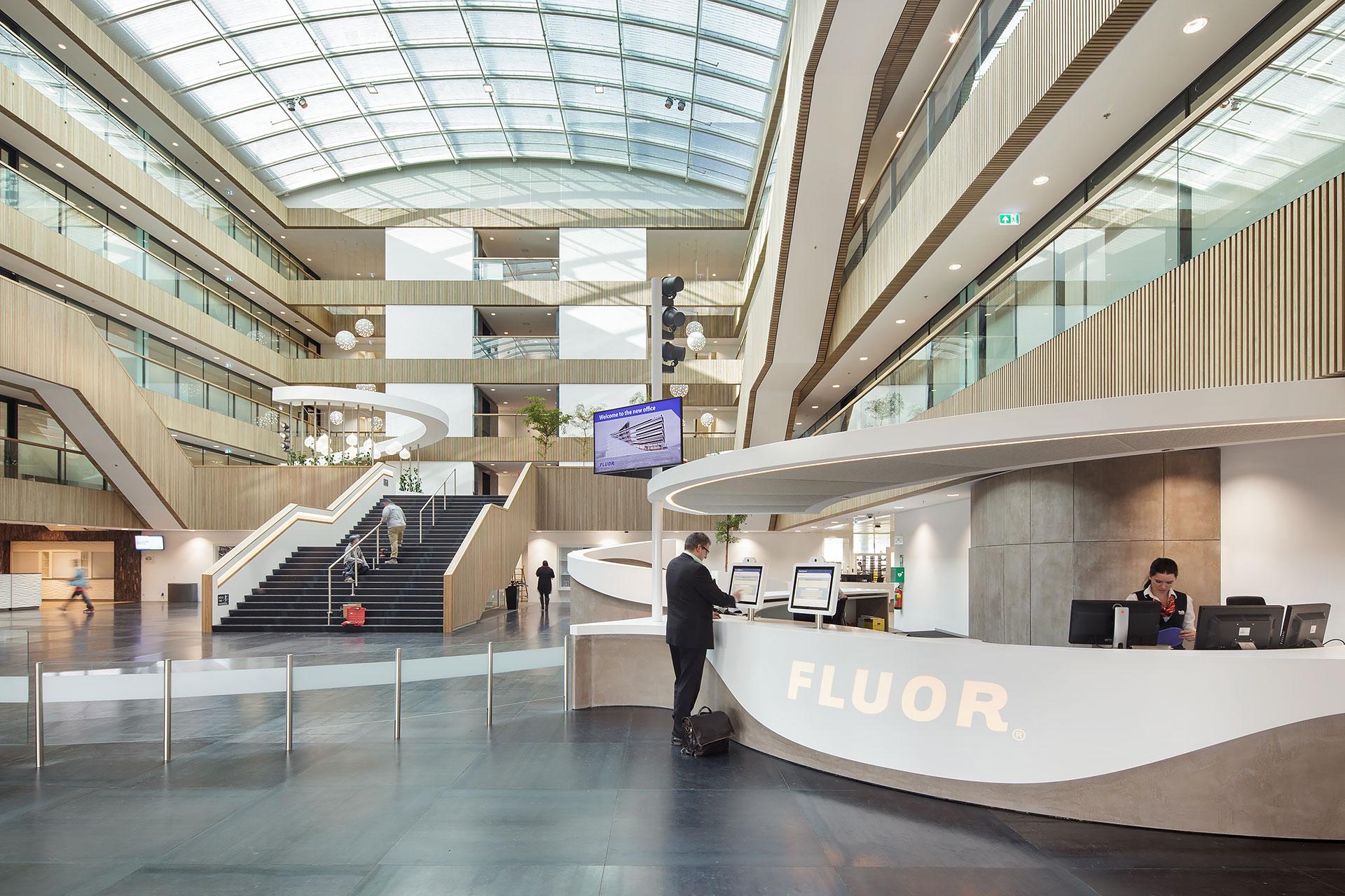 Stijnstijl-Architectuurfoto-atrium-kantoor-Fluor-01