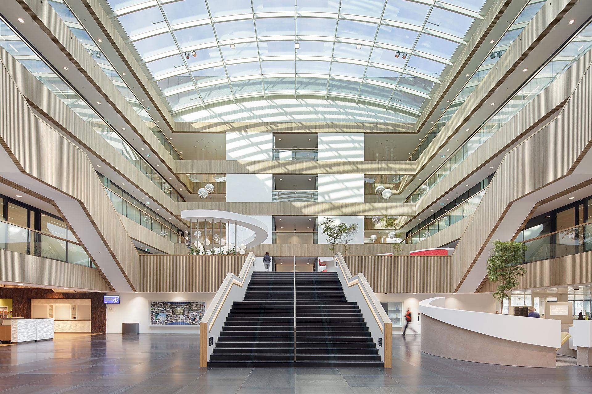 Stijnstijl-Architectuurfoto-atrium-kantoor-Fluor-02